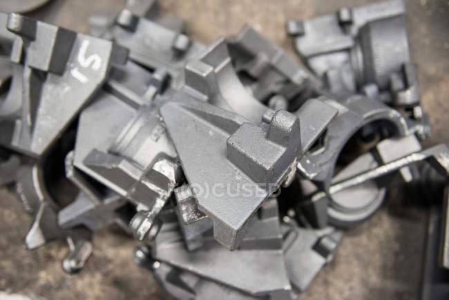 Закрытие неполных промышленных стальных деталей в литейном производстве — стоковое фото