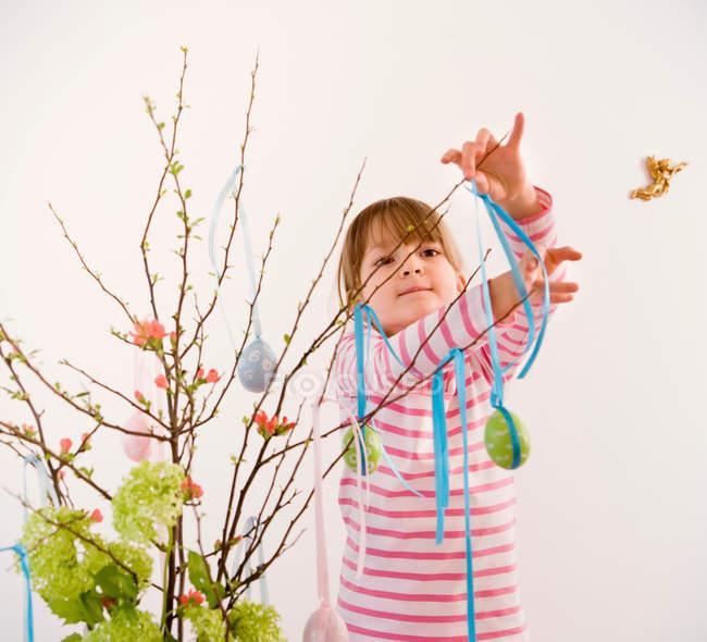 Menina galhos de decoração para páscoa — Fotografia de Stock
