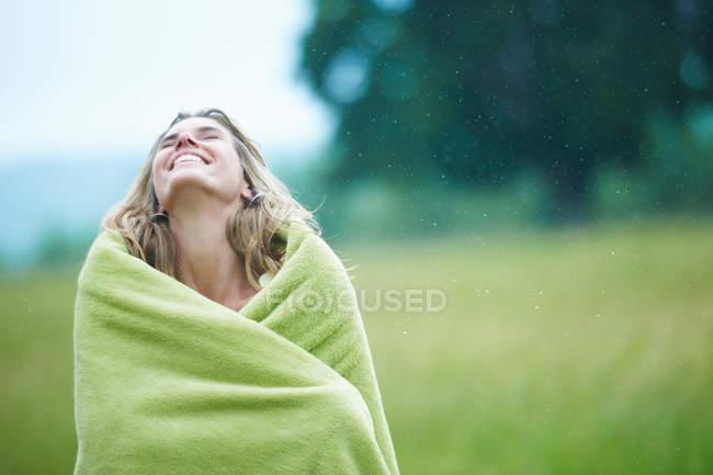 Женщина, завернутая в одеяло на улице — стоковое фото