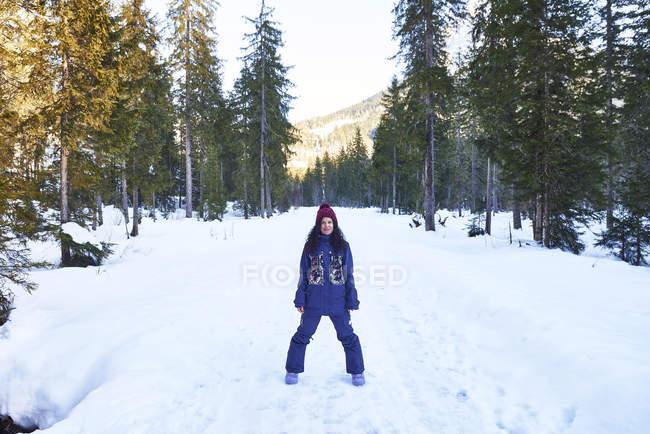 Porträt einer Frau mit Strickmütze und Winterkleidung im verschneiten Wald, Österreich — Stockfoto