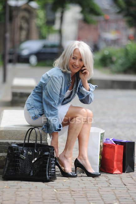 Mujer mayor hablando por teléfono celular - foto de stock