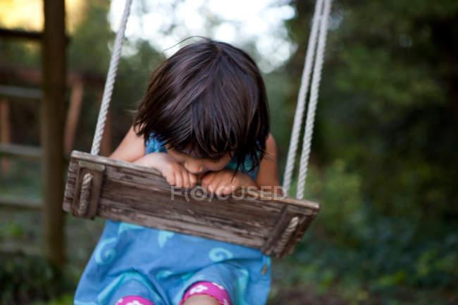 Petite fille sur une balançoire — Photo de stock
