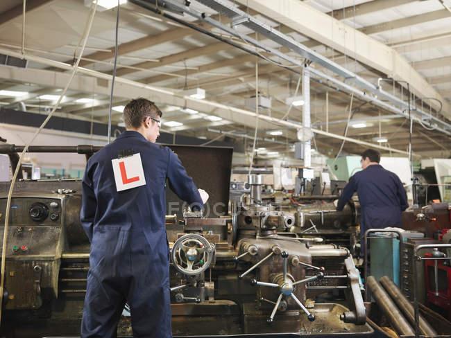 Apprenti & ingénieur travaillant sur Machine — Photo de stock