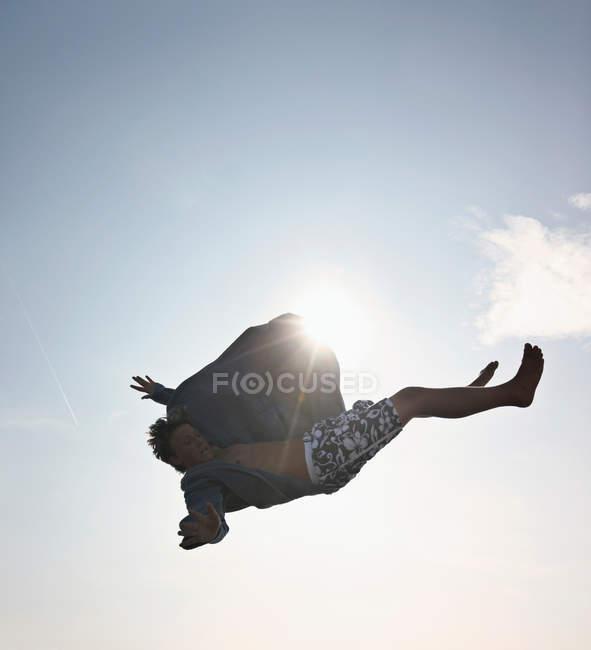 Adolescente posando en el aire - foto de stock