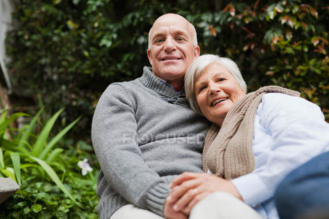 Пожилая пара отдыхает вместе на открытом воздухе — стоковое фото