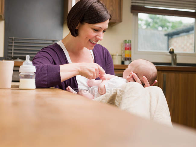 Mother sat playing with her baby — Stock Photo