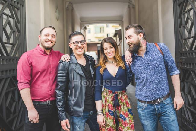 Група друзів перед входом між будівлею — стокове фото