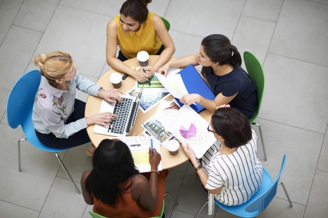 Vue en angle élevé des femmes d'affaires assises à table en réunion — Photo de stock
