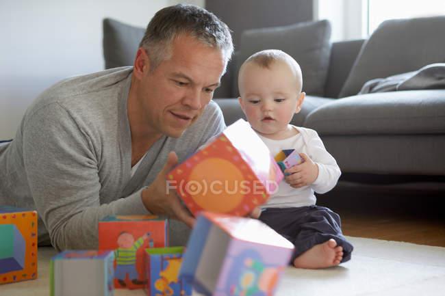 Père et bébé jouent avec des blocs — Photo de stock