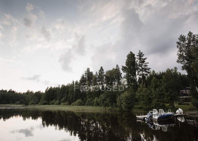 Вид на катер и озеро в середине лета, Оривеси, Финляндия — стоковое фото