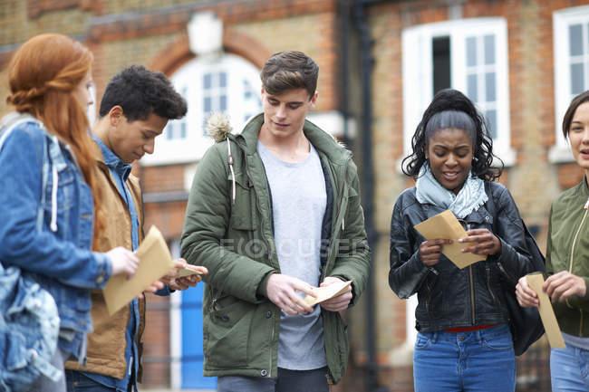 Studenti di college giovane adulto Risultati esami nel campus di apertura — Foto stock
