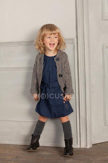 Sorridente ragazza che grida al chiuso — Foto stock