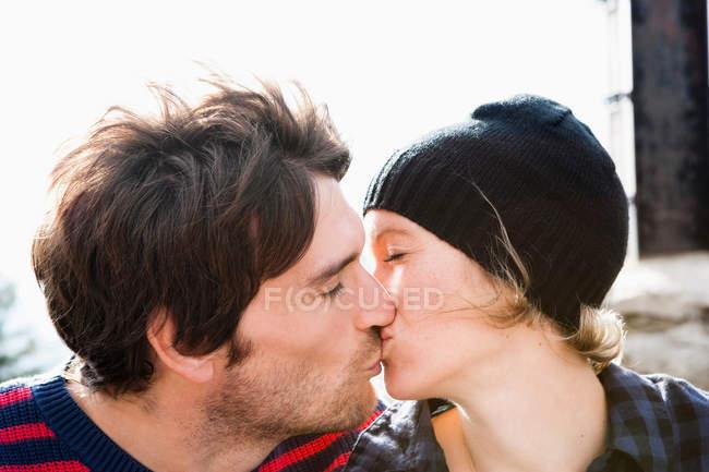 Pareja besándose - foto de stock