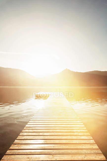 Cais de madeira no lago ainda rural — Fotografia de Stock