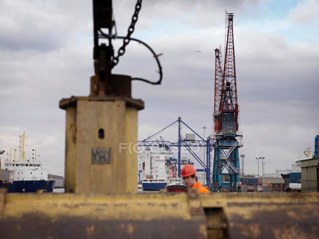 Працівник порту з шківи і кранів — стокове фото