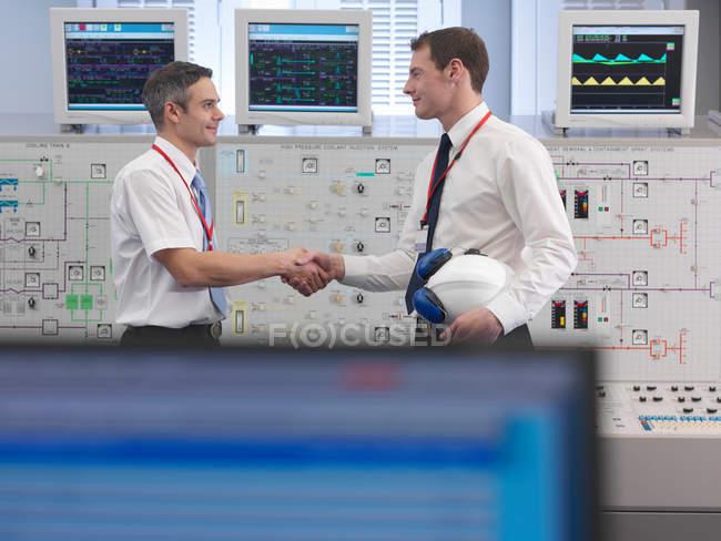 Операторы рукопожатие в диспетчерской — стоковое фото