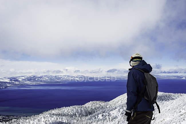 Jeune randonneur profitant de la vue, Lac Tahoe, Californie, USA — Photo de stock