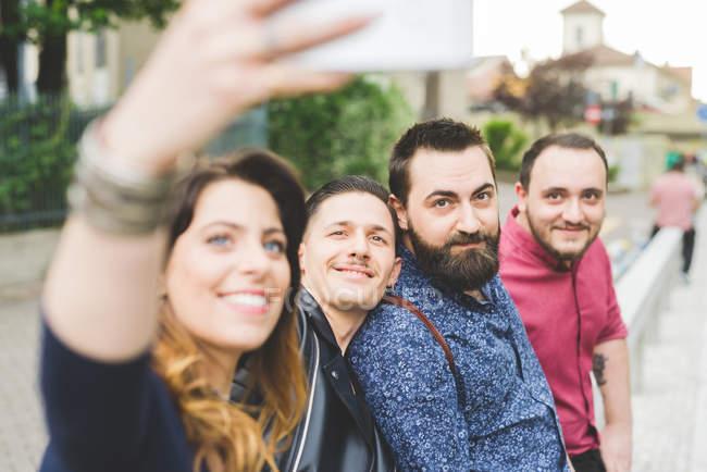 Groupe d'amis prenant le selfie par le bord de la route ensemble — Photo de stock
