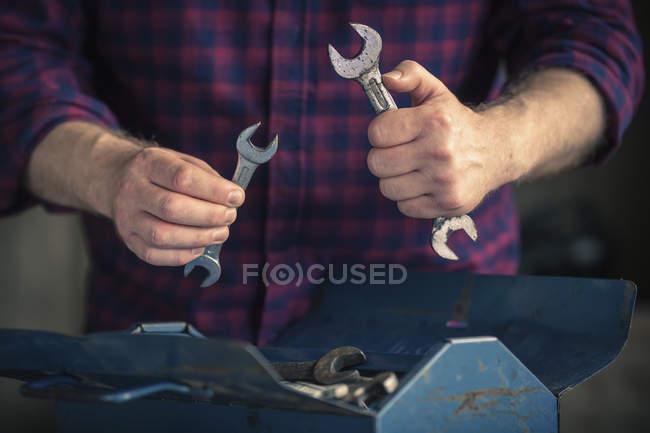 Человек с ключами разного размера — стоковое фото