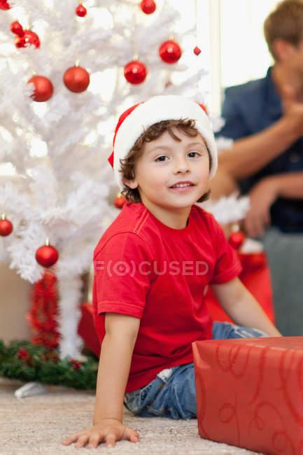 Улыбающийся мальчик в шляпе Санта-Клауса — стоковое фото