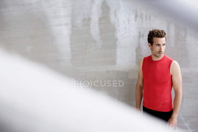 Uomo in piedi vicino al muro — Foto stock