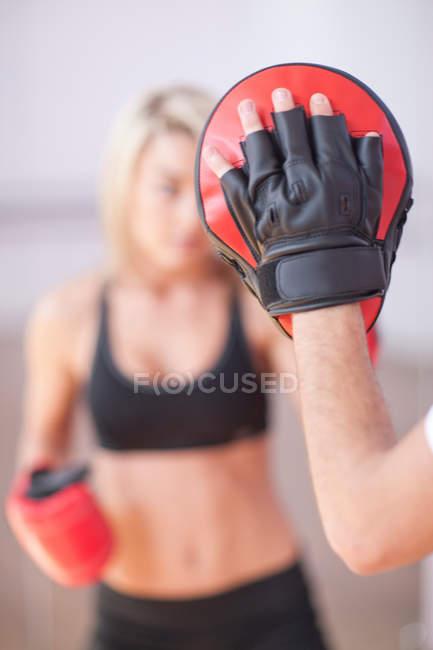 Entrenamiento de mujer joven en el gimnasio - foto de stock
