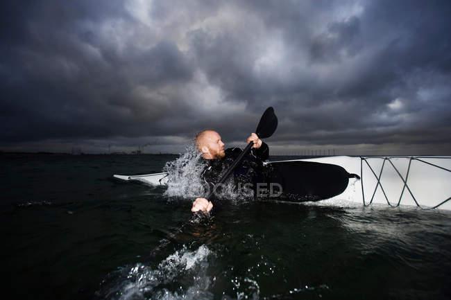 Homem de caiaque rotativo — Fotografia de Stock