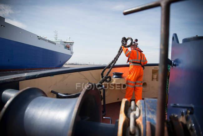 Буксир працівник з мотузкою на буксир на морі — стокове фото