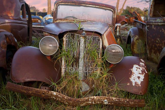 Fechar o carro do vintage no pátio de sucata — Fotografia de Stock