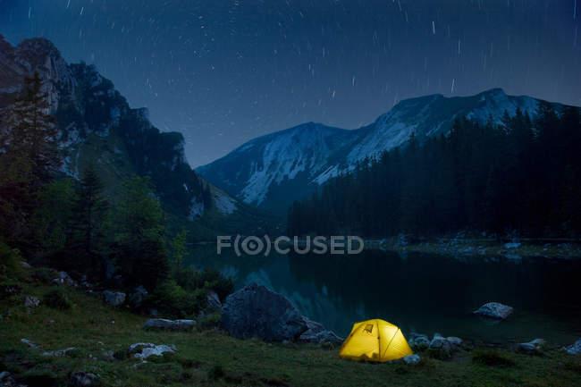 Malerische Aussicht auf Campingplatz und Nacht Himmel — Stockfoto