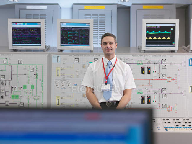 Operatore con schermi nella sala di controllo — Foto stock