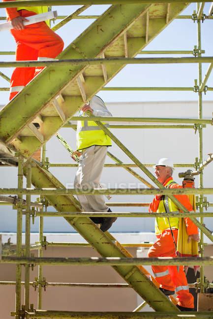 Los trabajadores escalan escalones en el lugar, enfoque selectivo - foto de stock