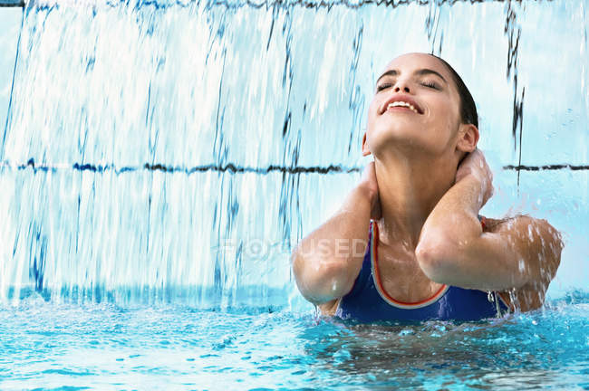 Woman swimming in indoor pool — Stock Photo