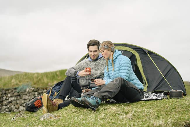 Campeurs de cuisine à côté de la tente — Photo de stock