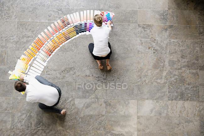 Des hommes d'affaires examinent des échantillons de peinture — Photo de stock