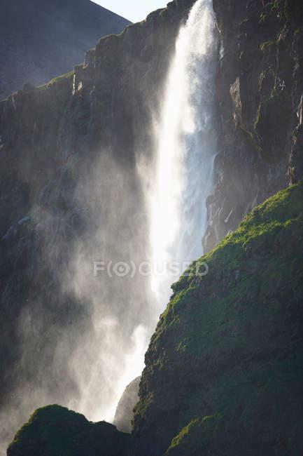 Cascata sopra la parete di roccia ripida — Foto stock