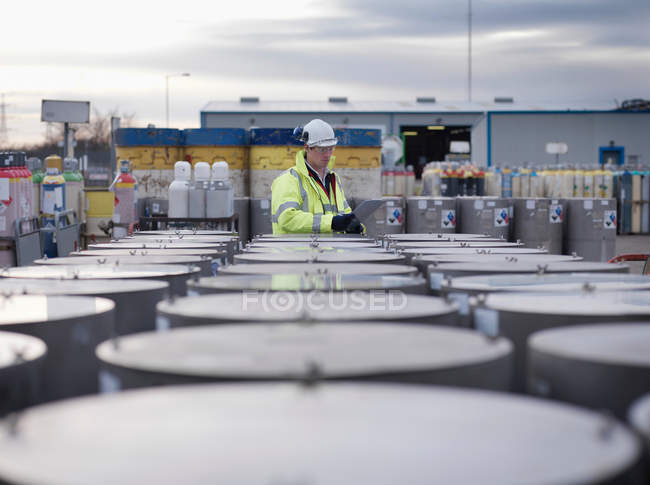 Port Worker Inspecting Cylinders — Stock Photo