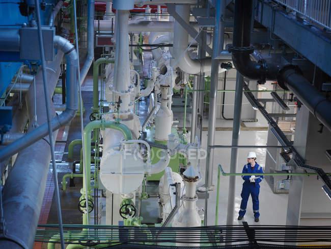 Инженер, стоящий в турбинном зале — стоковое фото