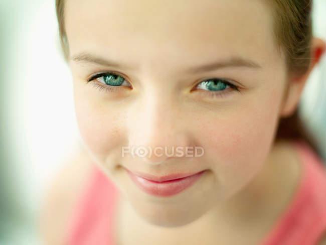 Um retrato de perto de um rosto de meninas — Fotografia de Stock