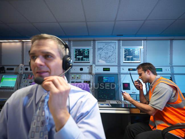 Controladores de tráfego aéreo na sala de radar — Fotografia de Stock