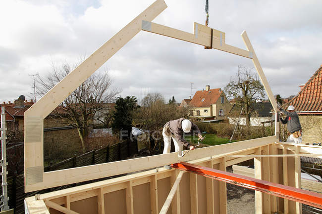 Builder at work on new structure — Stock Photo