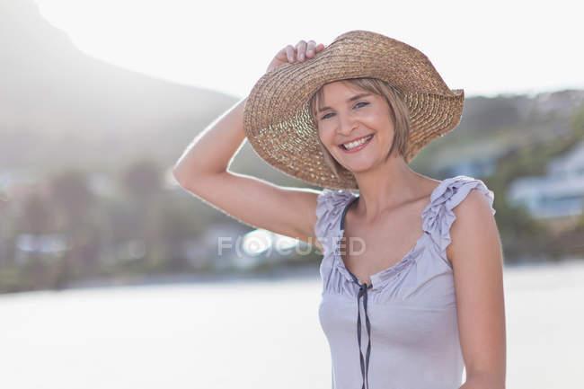 Женщина, соломенной шляпе на пляже — стоковое фото