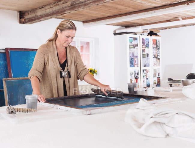 Designer de impressão em têxteis em estúdio — Fotografia de Stock