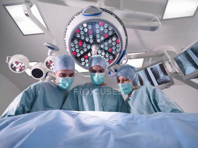 Группа хирургов, работающих в театре — стоковое фото
