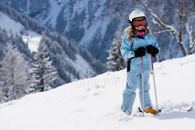 Fille avec des skis sur la neige — Photo de stock