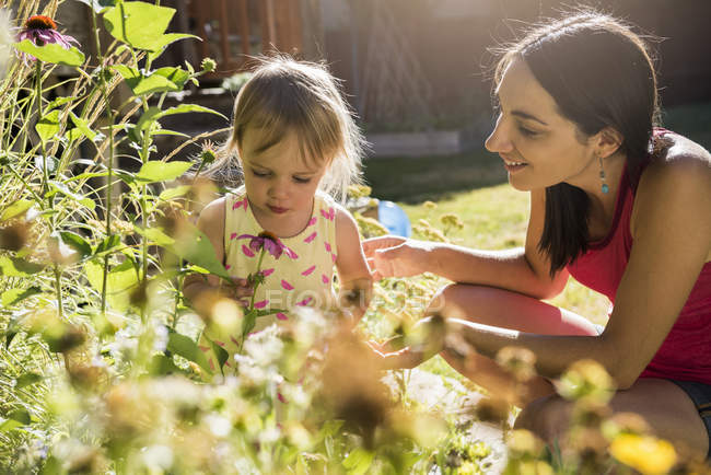 Mother and young daughter tending to garden — Stock Photo