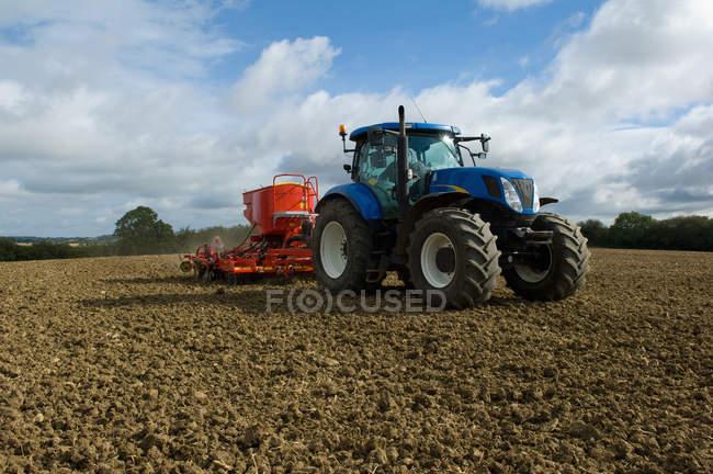 Traktor, der im Ackerarbeiteter arbeitet — Stockfoto