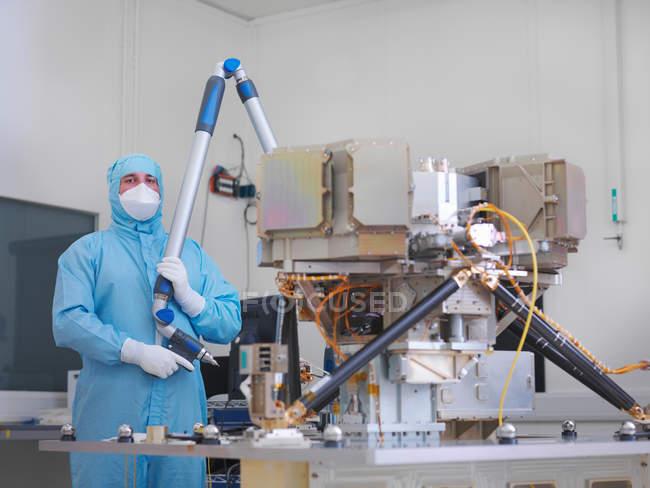 Робітник будівництво супутникова тарілка — стокове фото