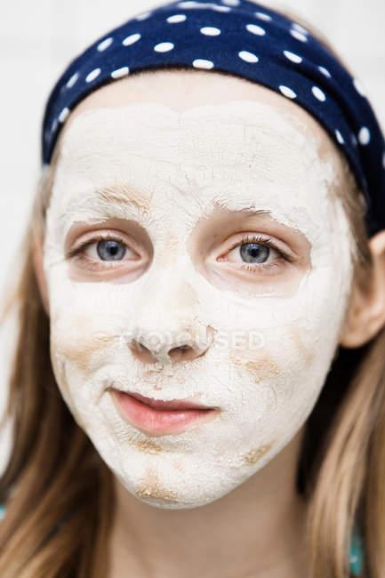 Primo piano della ragazza con maschera facciale — Foto stock