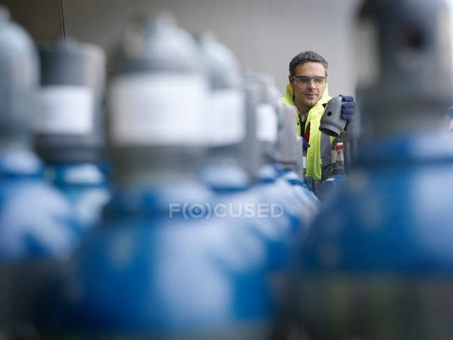 Port Worker Inspecting Gas Canisters — Stock Photo